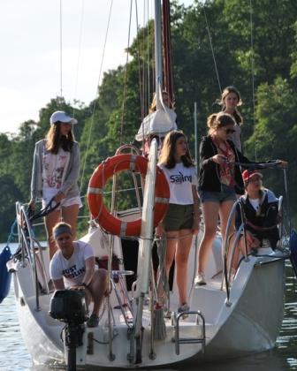 manewry podczas cumowania jachtu na mazurach